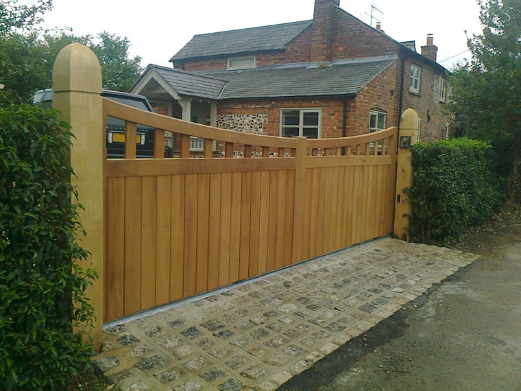 Automated Wooden Sliding Gate Photo